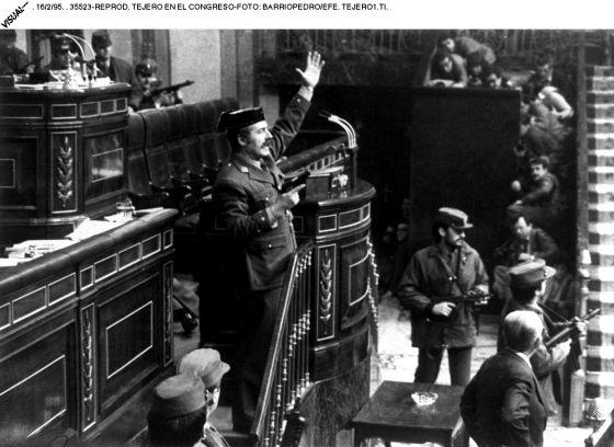El teniente coronel de la Guardia Civil Antonio Tejero, en la tribuna del Congreso, en el golpe de estado del 23-F. /  MANUEL PÉREZ BARRIOPEDRO (EFE)
