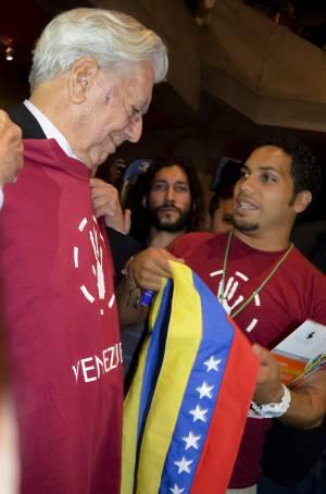 Vargas Llosa con los estudiantes venezolanos. / humberto trejo (efe)