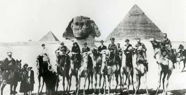 Gertrude Bell en camello, entre Churchill y Lawrence de Arabia, en 1921.