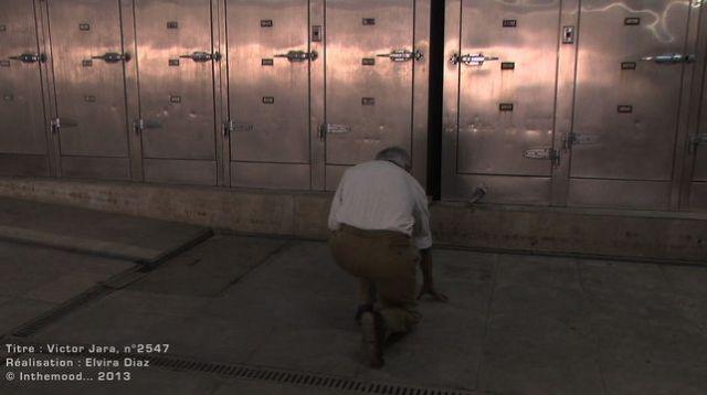Héctor Herrera en la morgue de Santiago, donde reconoció el cadáver de Víctor Jara.