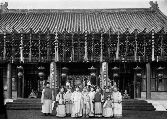 La emperatriz Cixí (en el centro, con capa). En el borde izquierdo, Cui, uno de sus eunucos.