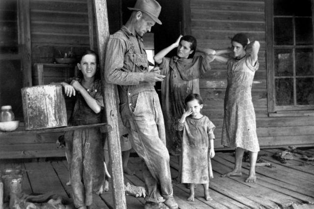 El granjero Floyd Burroughs y los niños de los Tingle. El 60% de las personas que vivían del algodón en los treinta no tenían tierras en propiedad. WALKER EVANS / CAPITAN SWING