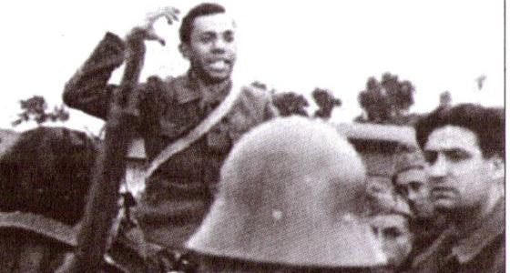 El poeta Miguel Hernández se dirige a los soldados republicanos durante la guerra. / MAGNUM