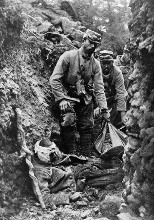 Soldados franceses recogen cadáveres en las trincheras durante la Gran Guerra. / getty images