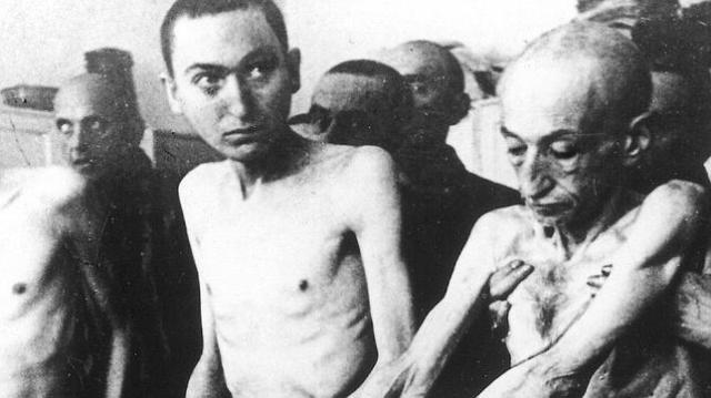 ARCHIVO ABC  .  Prisioneros de un campo de concentración alemán posan ante las cámaras al ser liberados
