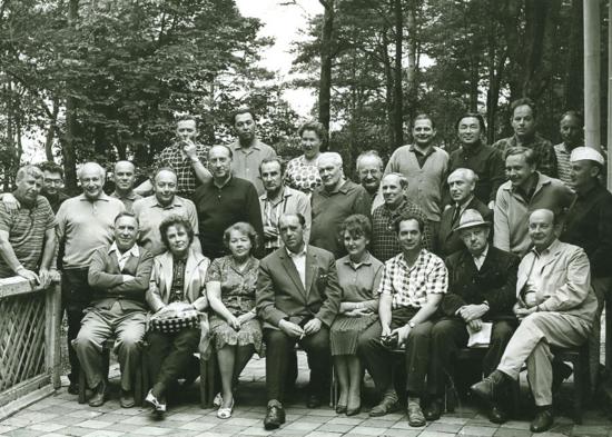 Reunión de escritores soviéticos en Dubulti (Letonia), en agosto de 1965. Yampolski está en la fila central (cuarto por la izquierda). El primero por la derecha en esa misma fila es Konstantínovski, con gorra blanca. / ARCHIVO PERSONAL DE YURI FIDLER