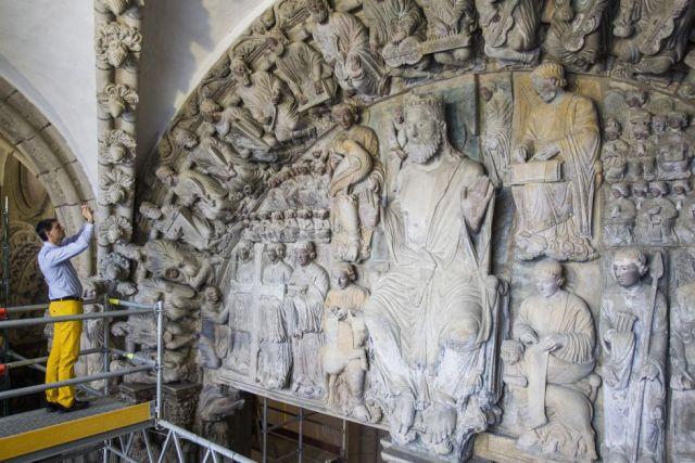 Un visitante fotografía las esculturas románicas del Pórtico de la Gloria en la catedral de Santiago de Compostela. / ÓSCAR CORRAL
