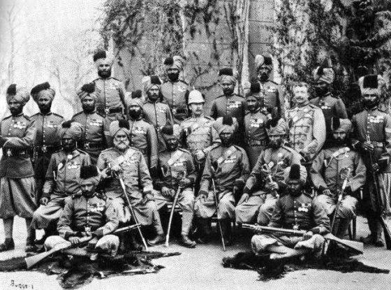 Dos oficiales británicos se fotografían con sus soldados cipayos indostanos a fines del siglo XIX
