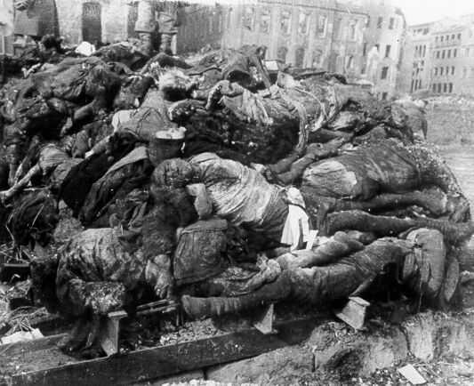 Algunos de los miles de muertos del bombardeo de Dresden