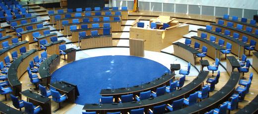 Tras la muerte de Franco en 1975, el fin de la dictadura llega a España instaurándose una Monarquía Constitucional a partir del año 1979.