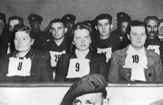 Irma-Grese-en-el-banquillo-de-los-acusados-durante-los-juicios-de-Belsen-528x342
