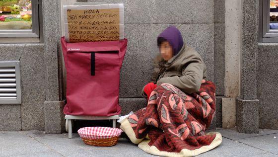 Un sin hogar en la Puerta del Sol, de Madrid. / KIKE PARA