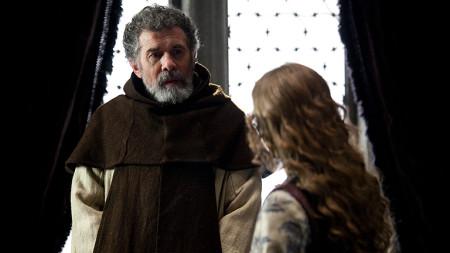 """El personaje de fray Hernando de Talavera en una escena de la serie """"Isabel"""" junto a la reina"""