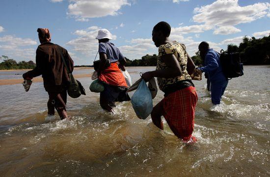 Ciudadanos de Zimbabue cruzan el río Limpopo para entrar en Sudáfrica. Foto John Moore/Getty Images