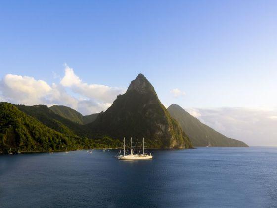 Un crucero atracado en la isla caribeña de Santa Lucia, con el perfil de los volcanes Pitons al fondo.
