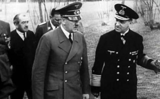 El almirante Raeder, su segundo fundador, aquí reunido con Hitler