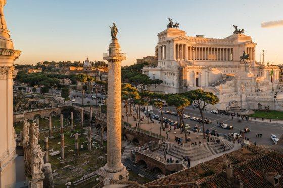 La columna Trajana, con la estatua de san Pedro que hizo colocar en lo alto un papa del Renacimiento, domina las ruinas del foro de Trajano, donde en otro tiempo había dos bibliotecas y un gran edificio público financiados con el botín de la guerra de la Dacia