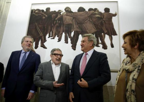 Juan Genovés (2i), con Jesús Posada, Íñigo Méndez de Vigo y Celia Villalobos, delante de 'El abrazo'. Chema MoyaEFE