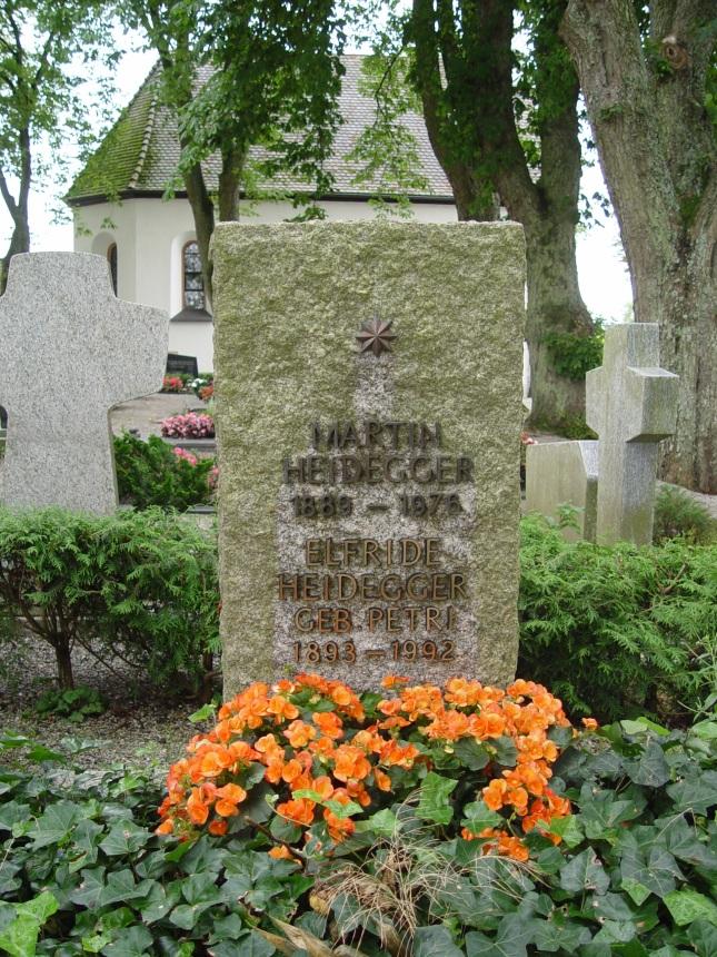 """Pidió ser enterrado en el cementerio católico de Messkirch. En lápida brilla una estrella: """"Ir hacia una estrella. Sólo eso"""", dijo una vez."""