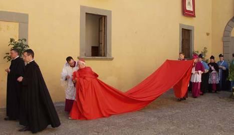 El cardenal Antonio Cañizares camina en el centro de la imagen con su larga capa. EP