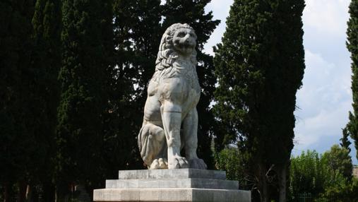 El león de Queronea , un monumento junto a la excavación donde se encontraron 254 esqueletos de tebanos- Wikimedia