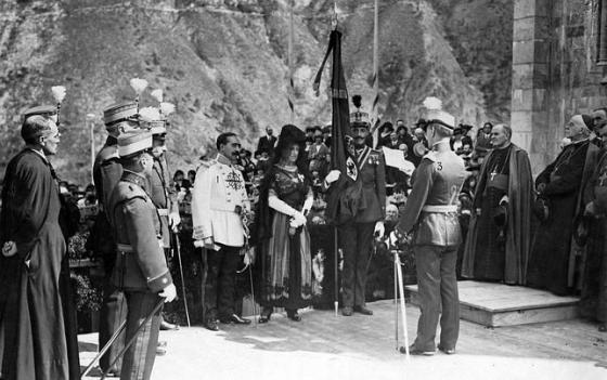 Centenario de la Batalla de Covadonga. Bandera regalada al Regimiento Covadonga