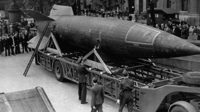 Terminada la guerra, hubo una batalla entre los aliados por apoderarse de la tecnología de los V2. En la foto, uno de los misiles exhibidos en Trafalgar square, en el centro de Londres.