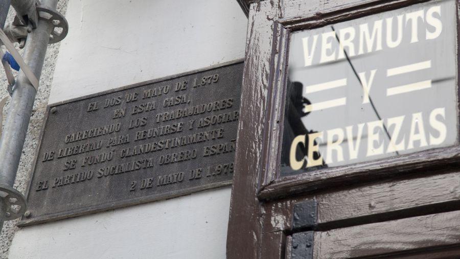 Placa conmemorativa del 2 de mayo de 1879 en Casa Labra (Madrid).Jorge Barreno