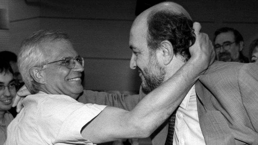 Josep Borrell saluda a Joaquín Almunia durante el proceso de primarias de 1998.EFE
