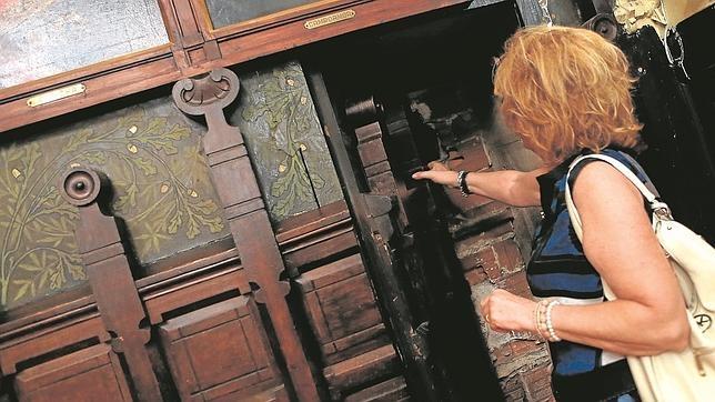Una puerta tapiada indica la presencia de un pasadizo oculto.