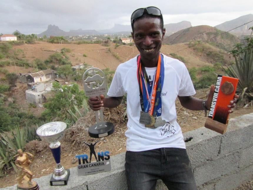 Danilson Pereira posa en su casa con sus últimos trofeos y medallas. / J.N.
